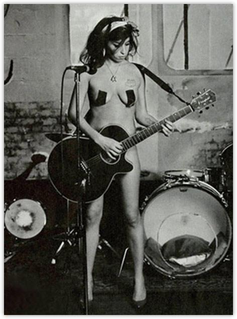 Amy Winehouse desnuda contra el cáncer