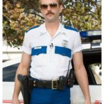 Policía con dos pistolas