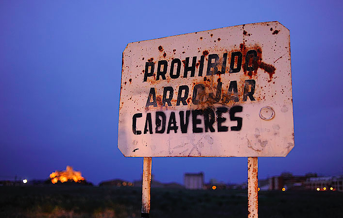 prohibido arrojar cadaveres